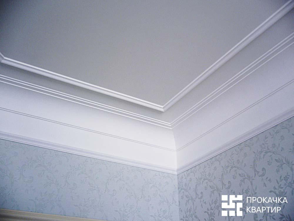 Потолок спальни. По периметру потолка гипсовая лепнина