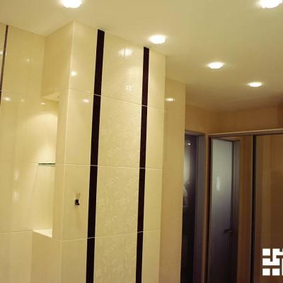 Ванная. Потолок: гипрок, встроенные светильники. Слева короб из ГКЛ с нишей и подсветкой