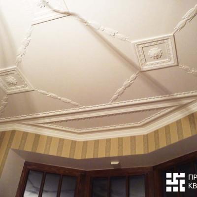 Кабинет на первом этаже. Потолок над окном