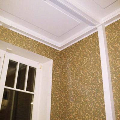 Кабинет. Стены и потолок декорированы деревянными балками, покрашенными в белый цвет