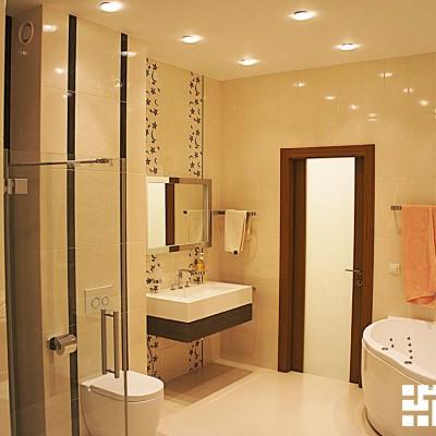 Ванная. Потолок из ГКЛ со встроенным светом. Слева дверь в сауну; прямо - выход в прихожую