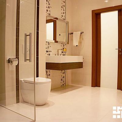 В ванной установлена душевая кабина (слева) и джакузи (справа)