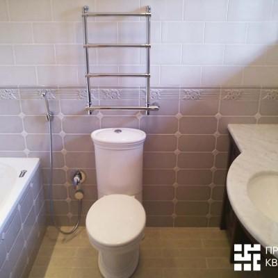 Унитаз с гигиеническим душем в гостевом санузле