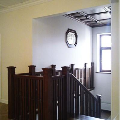 Холл второго этажа, вид на лестницу