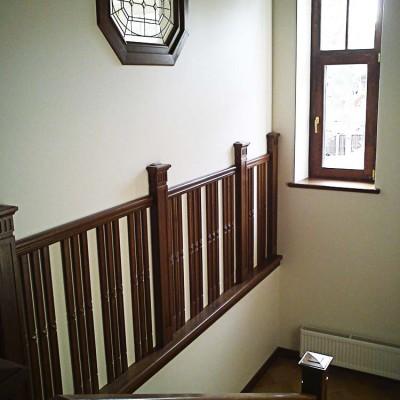 Витражное окно; вид из холла в кабинет