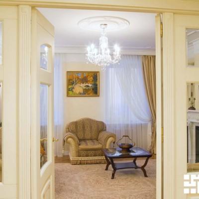 Деревянная застеклённая стена между гостиной и холлом; изготовлена на заказ