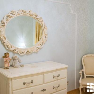 Стена в спальне. Рамка из лепнины отделяет два вида тканевых обоев