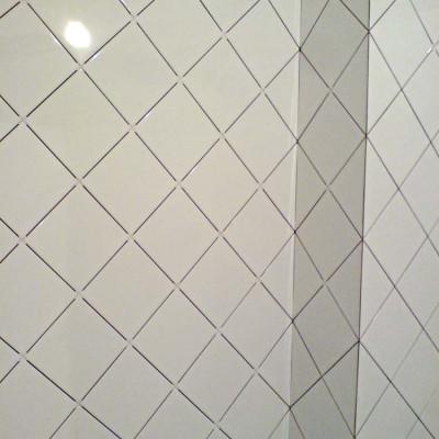 Углы в ванной крупным планом (до затирки швов)