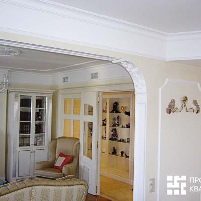 Столовая; вид в гостиную и коридор. Справа на потолке вентиляция, спрятанная в короб из гипрока. На стенах декоративная штукатурка и гипсовая лепнина