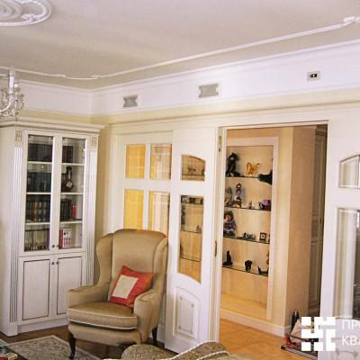 Гостиная, вид в коридор. Потолок: оштукатуренный бетон, гипсовая лепнина. Справа на потолке вентиляция, спрятанная в короб из гипрока