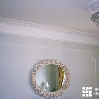 Спальня. Потолок: оштукатуренный бетон, гипсовая лепнина