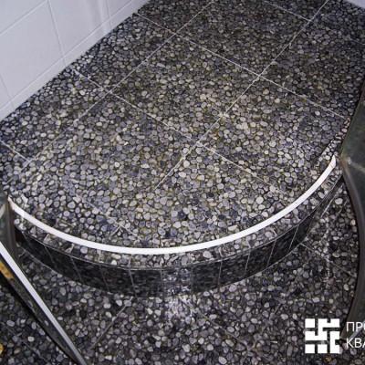 Напольная плитка изготовлена из гальки, залитой эпоксидной смолой