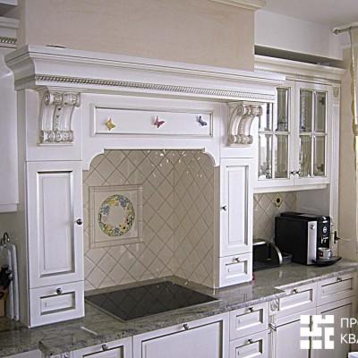 Кухонная зона. В центр кухонного фартука из кафеля врезан декоративный элемент. Столешница из натурального гранита