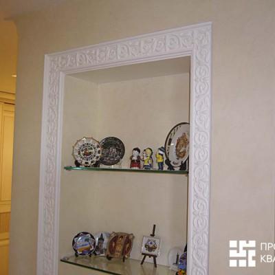 Коридор, малая ниша из ГКЛ, украшенная лепниной. На стенах декоративная штукатурка. Слева видна дверь в гардеробную