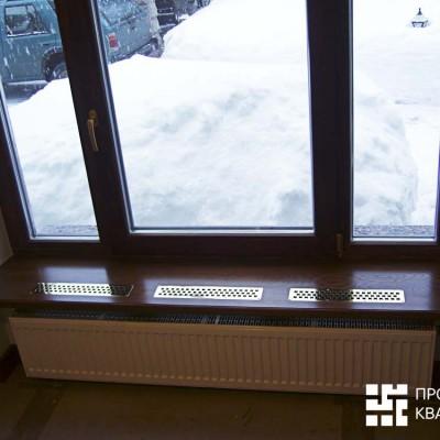 Окно в гостевой комнате. В подоконник вмонтированы решётки для улучшения теплообмена