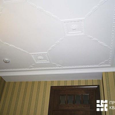 Потолок кабинета на первом этаже. Потолок, лепнина