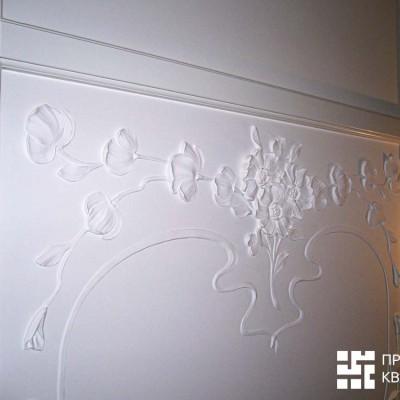 Потолок на втором этаже, холл. Лепнина, покрашенное в белый цвет дерево