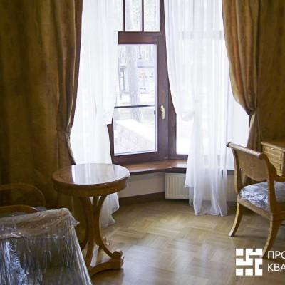 Кабинет на первом этаже. Полукруглое окно, деревянный стеклопакет