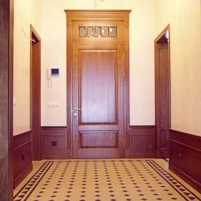 Холл первого этажа. Стены - дубовые панели и декоративная штукатурка. Пол - ковёр из кафельной плитки