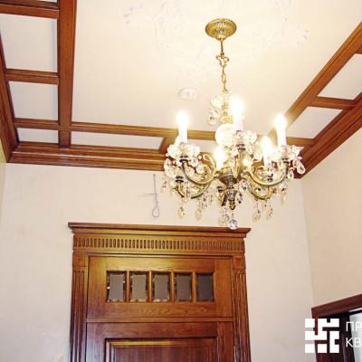 Холл первого этажа. Потолок декорирован дубовыми балками