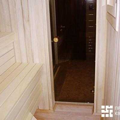 Сауна. За стеклянной дверью - гостевой санузел с душевой кабиной (видна слева)