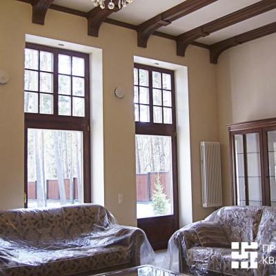 Гостиная. Французские окна; потолок декорирован дубовыми балками