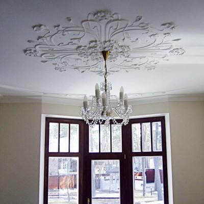Лепнина на потолке столовой