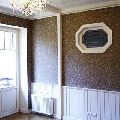 Кабинет. Низ стен обшит деревянными панелями. В потолке люк с выдвижной лестницей