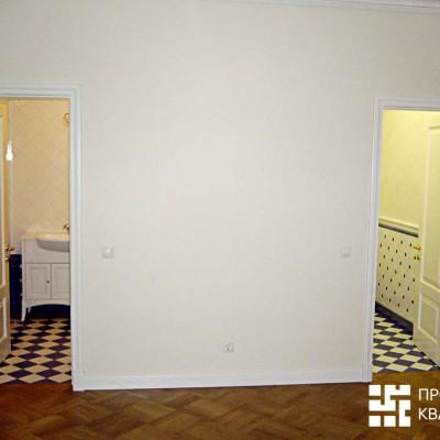 Холл второго этажа. Слева вход в ванную, справа - в туалет