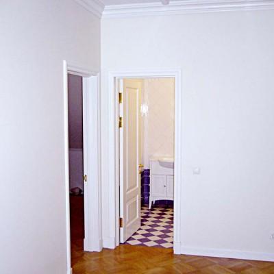 Холл второго этажа. Слева дверь в спальню, справа - в ванную