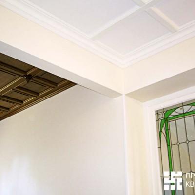 Потолок на втором этаже. Слева дуб, справа дерево, окрашенное в белый цвет