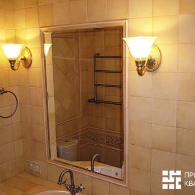 Ванная. Зеркало обрамлено рамой из кафельной бордюрной плитки