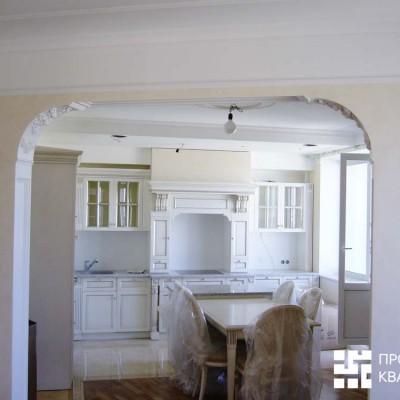 Вид из гостиной на кухню до укладки кафельного фартука