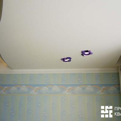 Потолок в детской. Слева закарнизная подсветка, справа закарнизная ниша для штор
