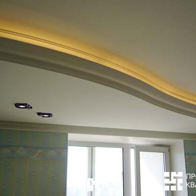 Потолок из ГКЛ в детской, крупный план. По переднему краю сделана закарнизная подсветка. Край декорирован гипсовой лепниной