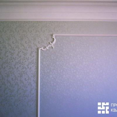 Стена спальни. Два вида тканевых обоев с ювелирной точностью подведены к гипсовой лепнине