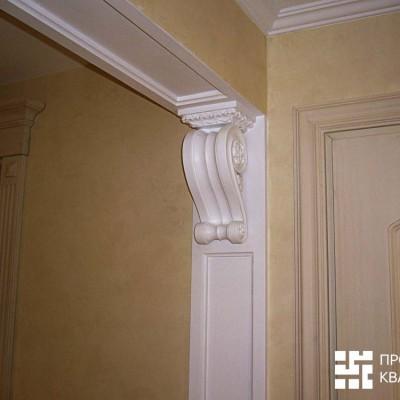 Дверной портал в коридоре. Гипсовая лепнина