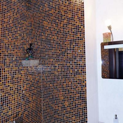 Туалет. Бачок унитаза спрятан в короб из ГКЛ. Над кнопкой слива расположены ручки ревизионного лючка
