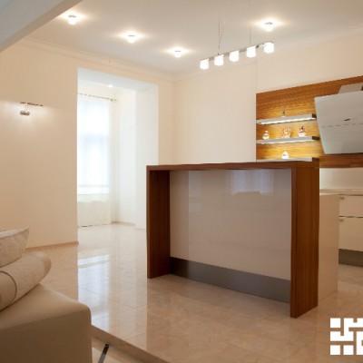 Гостиная-кухня. Двухуровневый пол из керамогранита