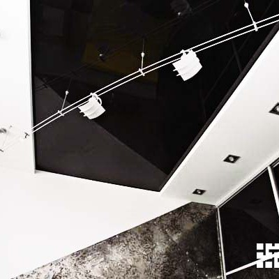 Ремонт квартиры на Дрезденской. Комната сына. По периметру потолка - короб из ГКЛ со встроенным светом, в центре натяжной потолок. Светильники на шине