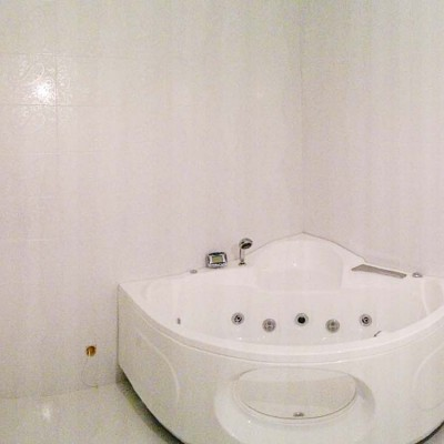 В дизайне ванной, как и во всей квартире, есть намёки на хоккейную тему: углы помещения скруглены, как у хоккейной коробки