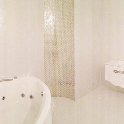 Стены ванной комнаты сделаны из ГКЛ и облицованы кафельной плиткой. Скруглённые части декорированы мозаикой