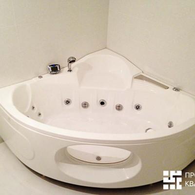 Ванная комната за месяц до сдачи, джакузи. Передняя панель оснащена стеклянным иллюминатором
