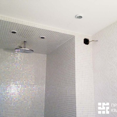 В гостевом санузле использовали два вида плитки: мозаику для душевой кабины и крупную керамическую плитку для бесшовной кладки (справа)
