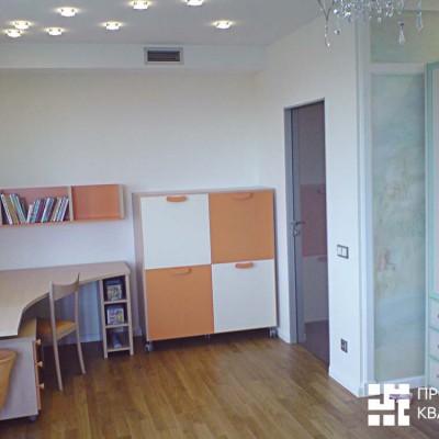 Ремонт квартиры на Дрезденской. Комната девочки. Потолок из ГКЛ со встроенными светильниками. Пол - паркетная доска (массив)
