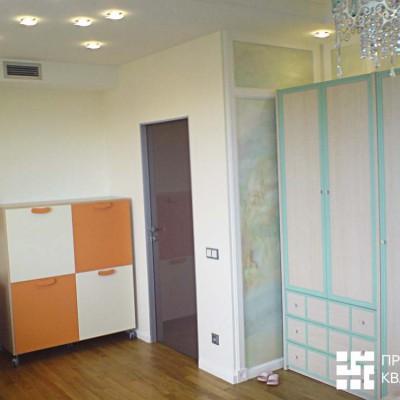 Ремонт квартиры на Дрезденской. В комнату девочки установили деревянную дверь с алюминиевой коробкой