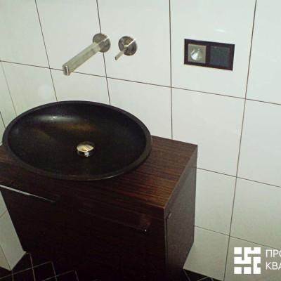 Ремонт квартиры на Дрезденской. Раковина из искусственного камня. Ось плитки выставлена по центру раковины; центр смесителя приходится на шов
