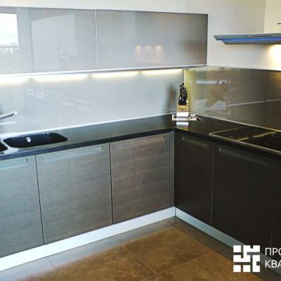 Ремонт квартиры на Дрезденской. Кухонный фартук сделан из стекла! Все рабочие зоны подсвечены