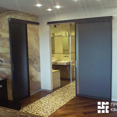 Ремонт квартиры на Дрезденской. Спальня. Пол из паркетной доски (массив), алюминиевые плинтусы, мозаичная дорожка в ванную (теплый пол)