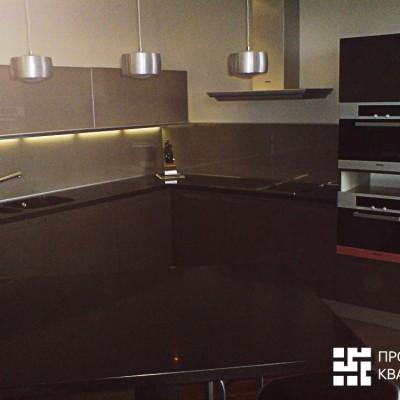 Ремонт квартиры на Дрезденской. Стол - продолжение столешницы рабочей зоны под шкафчиками. Столешницы и раковина - искусственный камень